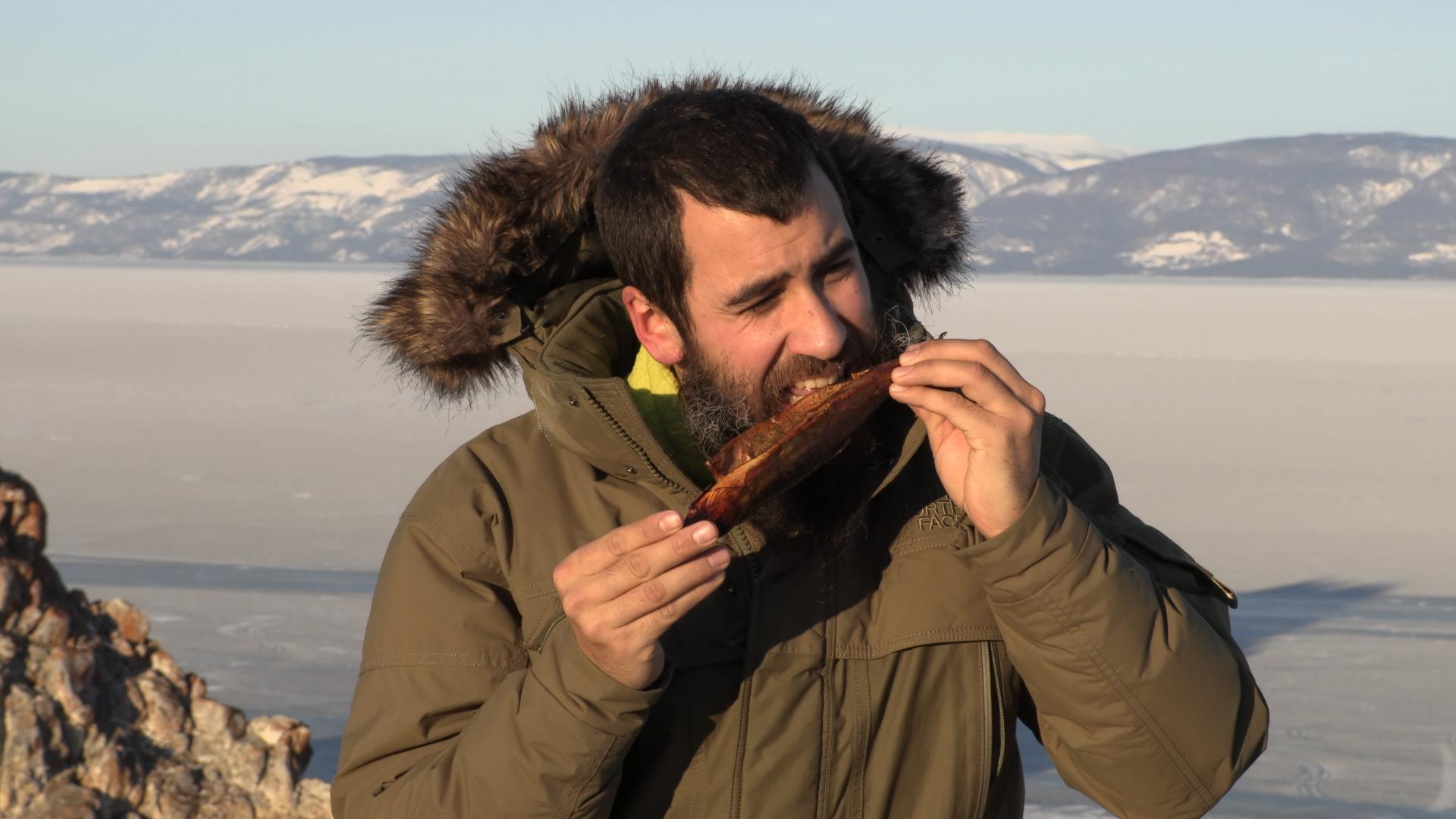 Comiendo Omul recién pescado