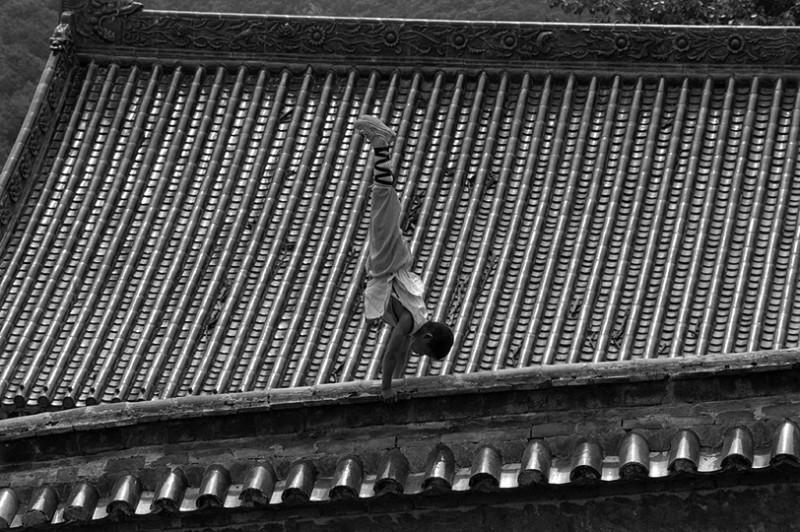 Incredible Photos Of Shaolin Monks By Tomasz Gudzowaty Shockblast 11 800x532