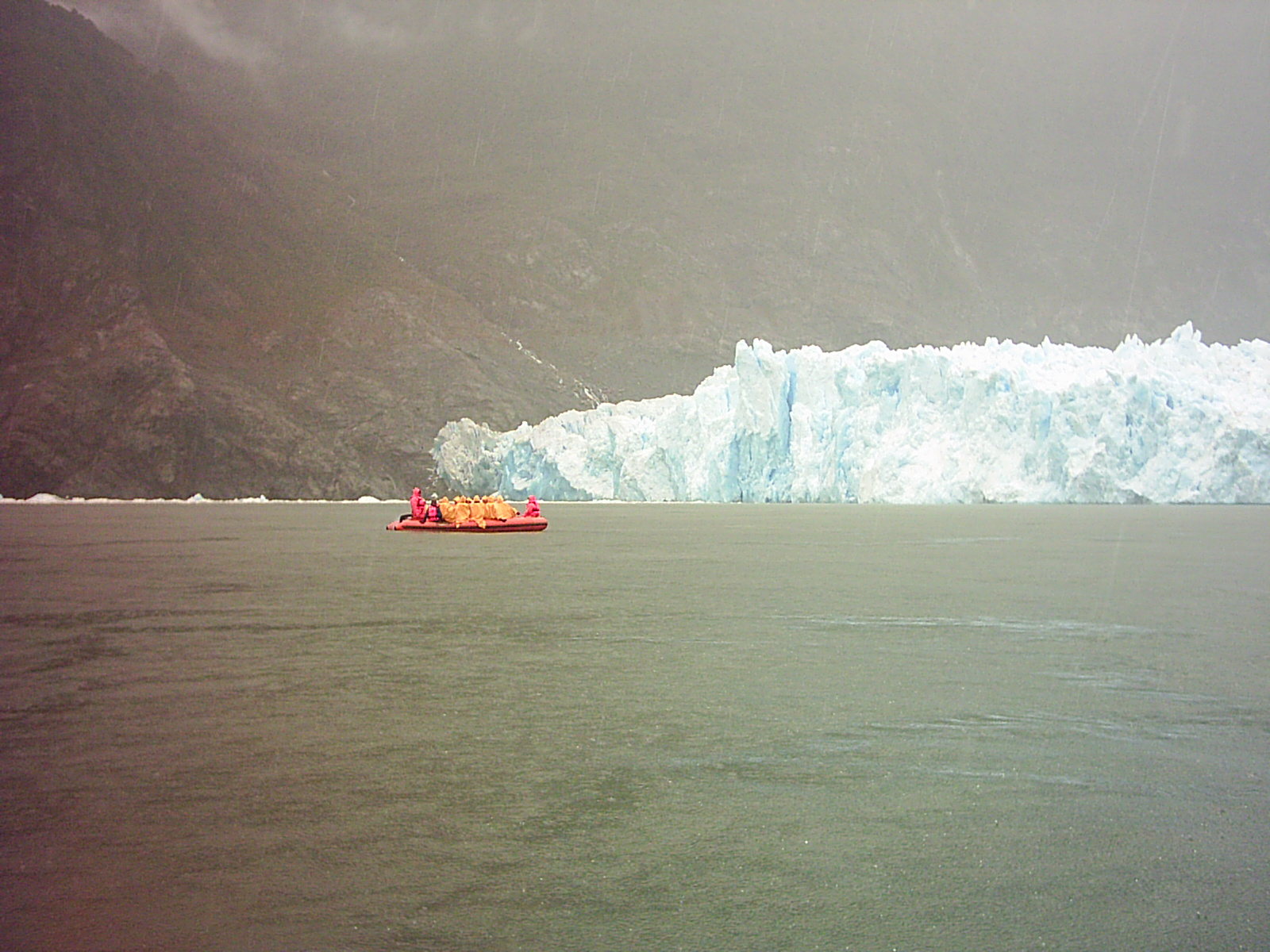 Acercándonos en lancha al glaciar
