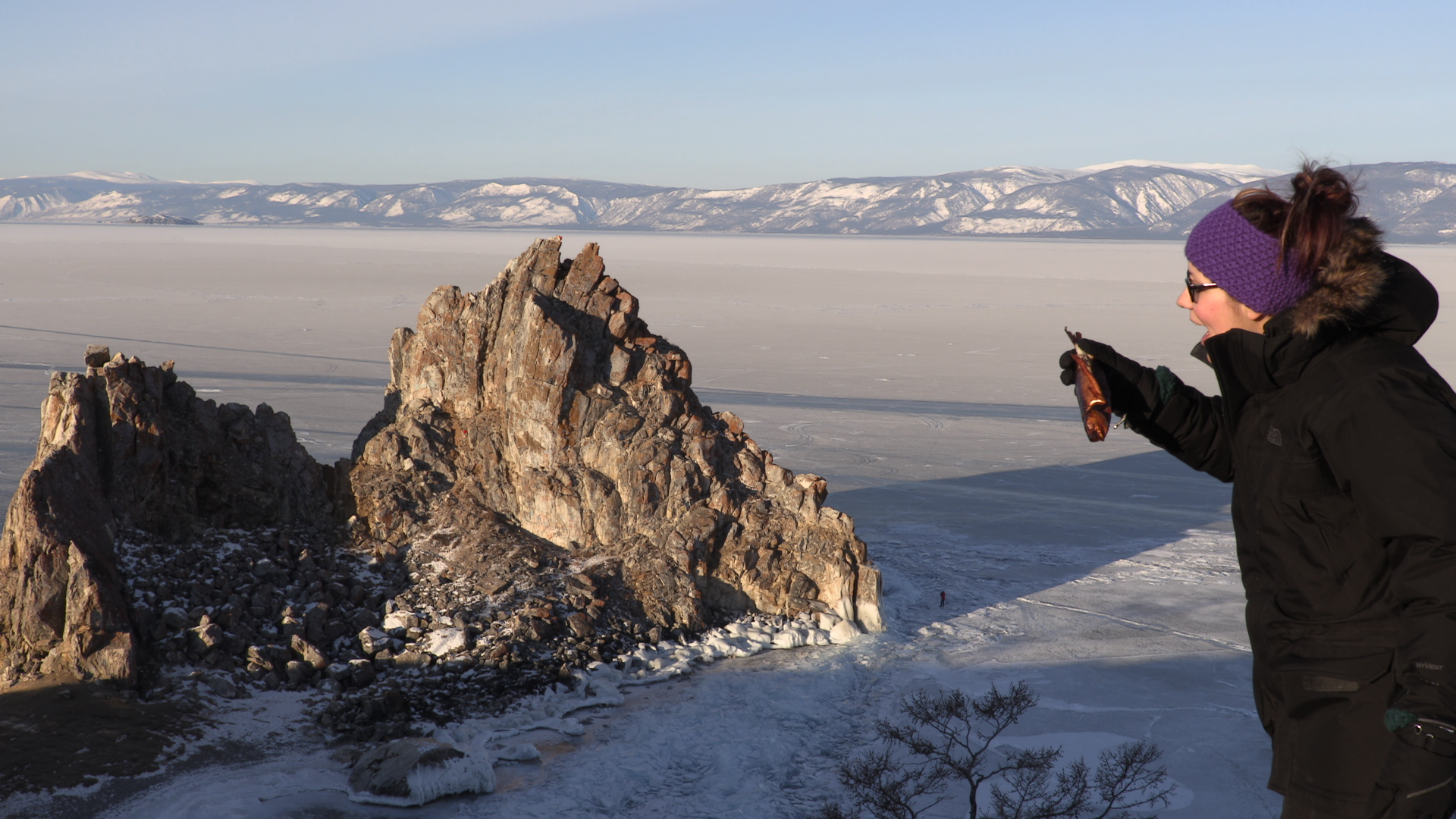 Aris comiendo Oml frente a la Roca del Chamán