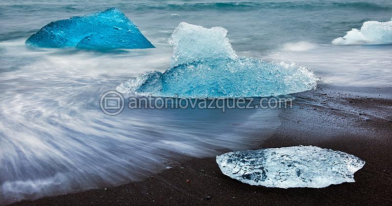 Icebergs en la playa del glaciar Jökulsárlon