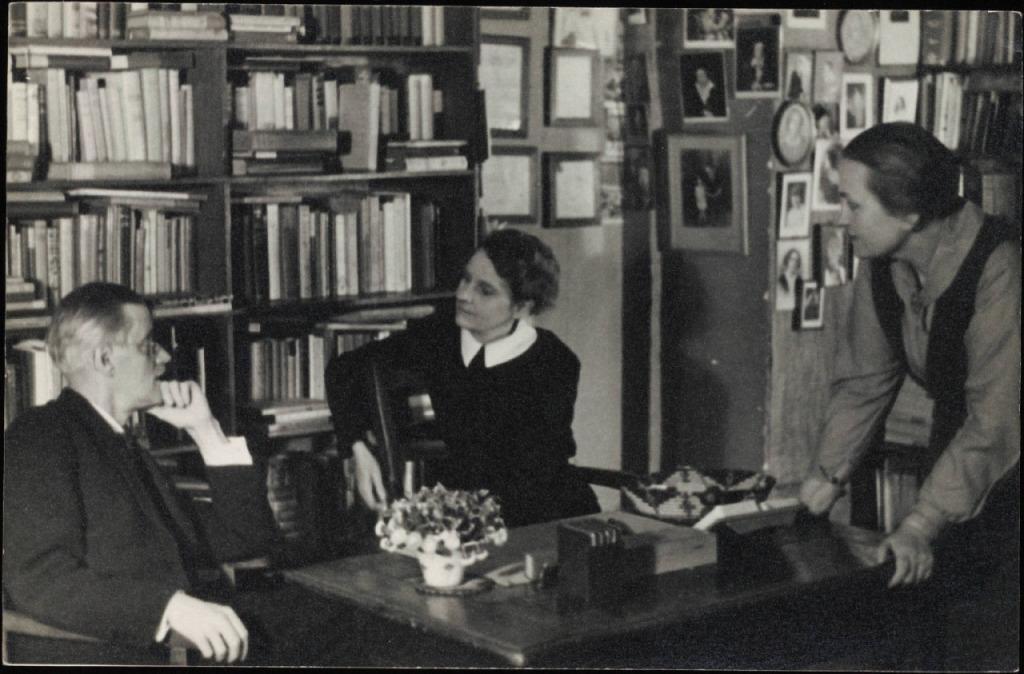 Sylvia Beach y Adrienne Monnier en Shakespeare & CO. París.