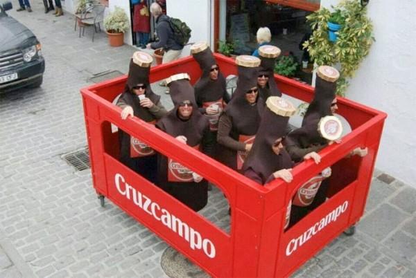 Caja de cervezas Cruzcampo, disfraz de grupo muy divertido!