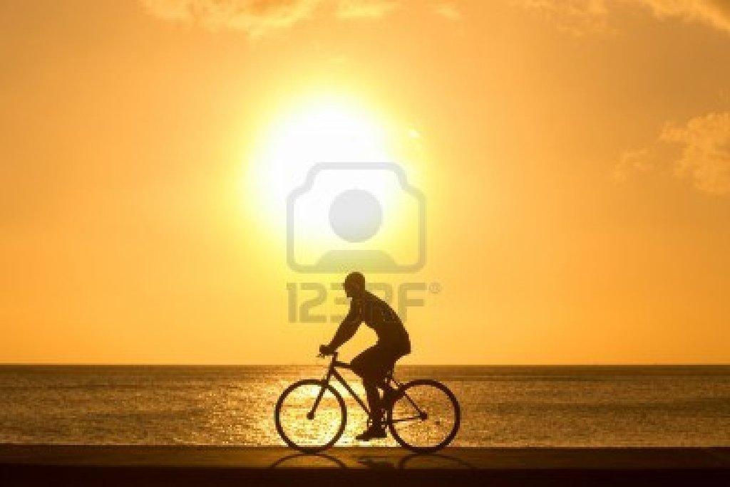 17991155 Hombre Bicicletas Paseo Al Aire Libre Contra La Puesta Del Sol Silhouette