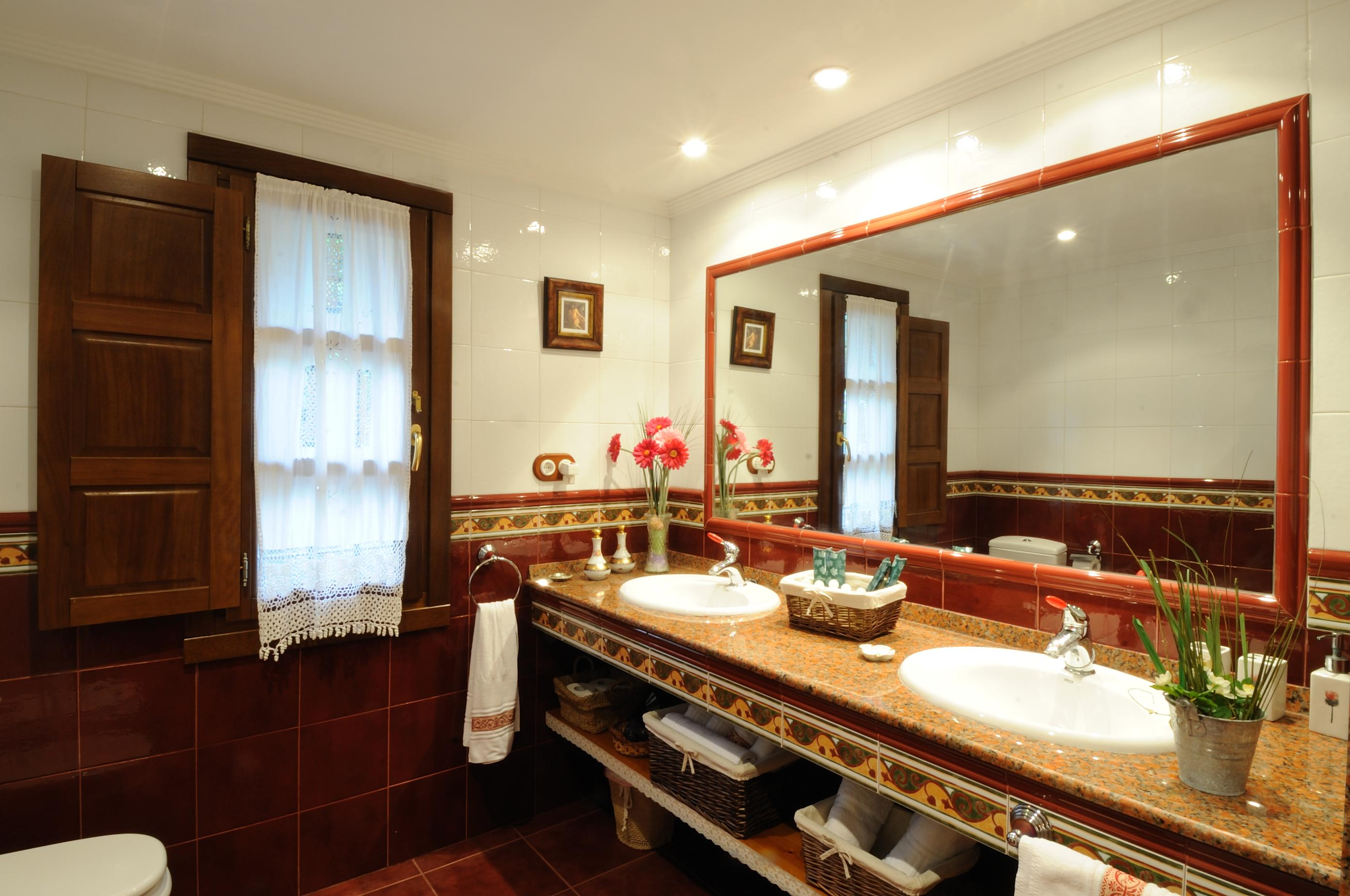 Baño muy espacioso con dos lavabos.
