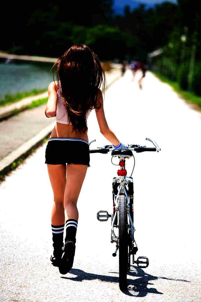 683px Hermosa Ciclista De Espaldas