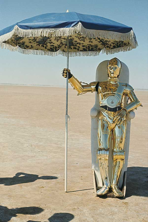 Anthony Daniels In His C 3p0 Suit Trying To Get Some Shade On The Set Of Star Wars