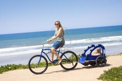9784152 Familia De Bicicleta De Paseo A Lo Largo De La Playa