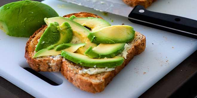 Tostada integral con aguacate y queso