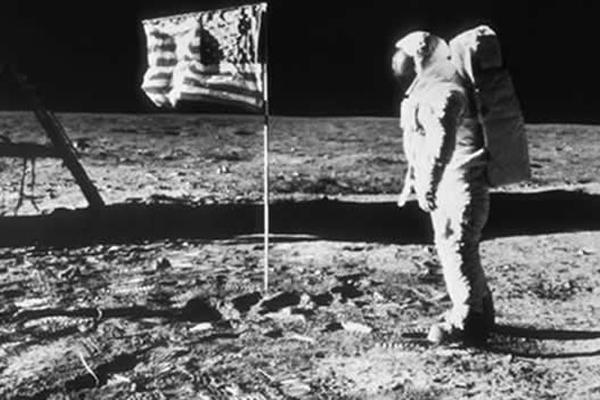 4.  Neil Armstrong pisa la Luna (1969)