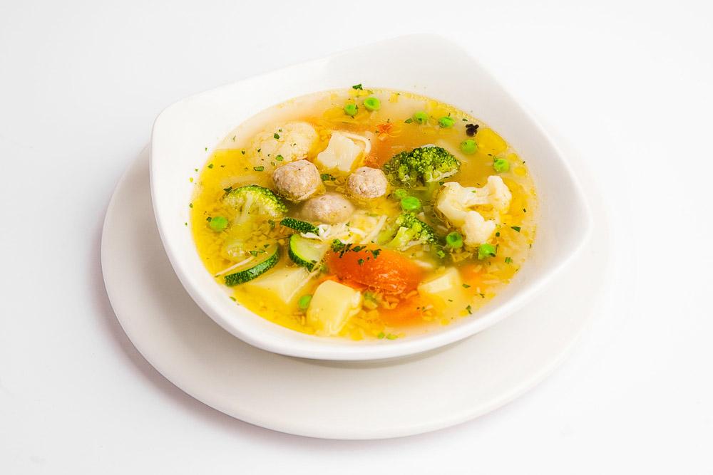 Sopa de alboldigas de pollo y verduras