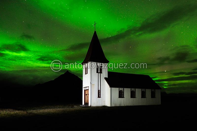Aurora boreal e Iglesia de Hellnar