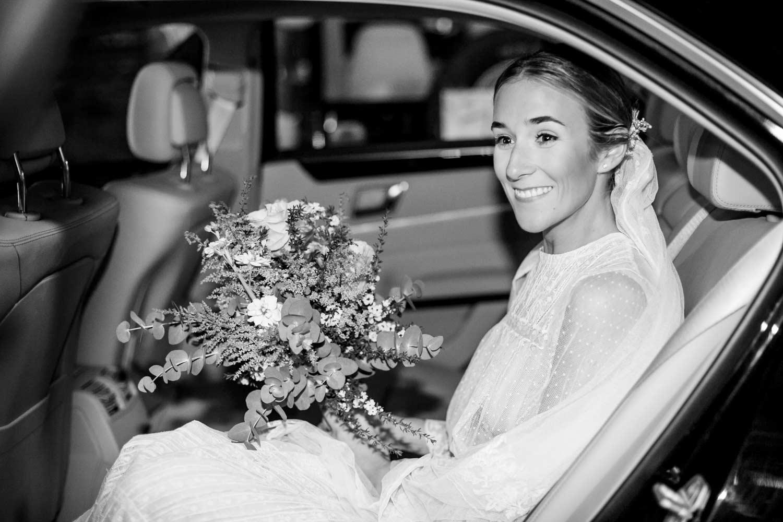 La novia llegando en el coche
