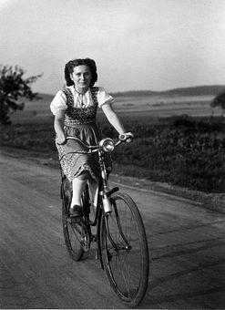 51131 Stock Photo Mujer Risa Bicicleta Campo Transporte Senda
