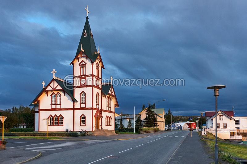 Iglesia y ciudad de Húsavik
