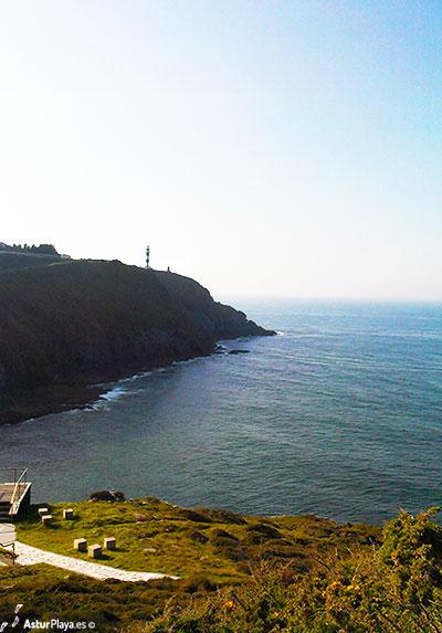 Faro de San Agustín y la playa de Arnielles