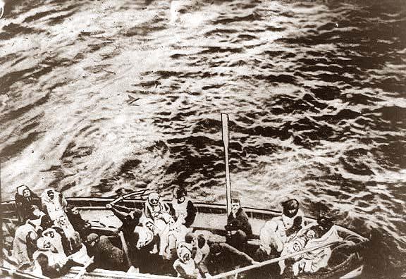 Los Primeros Supervivientes Del Titanic Fotografiados Desde El Carpathia