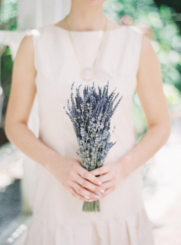 Un sencillo ramo de lavanda, ideal para bodas campestres