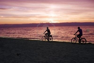 7649107 Dos Personas Que Se Monta Por Bicicletas En La Playa Del Mar Baltico
