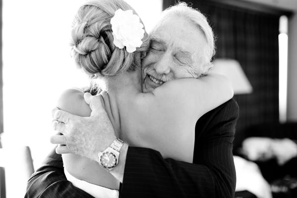 Un emotivo abrazo padre-hija antes de entrar