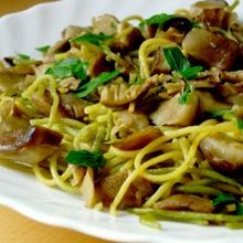 Spaguetti con verduras, coco y cúrcuma