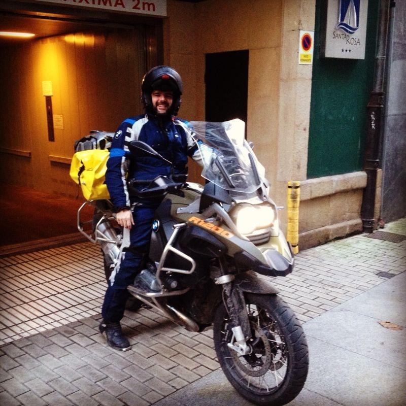#Charlie Sinewan a su salida del garaje del hotel Blue