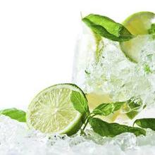 ¿Por qué es bueno beber agua con limón?