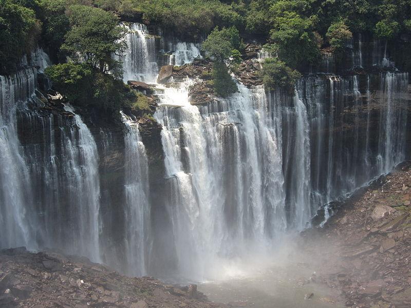Kalandula.La force de l'eau fonctionne comme une carrière.
