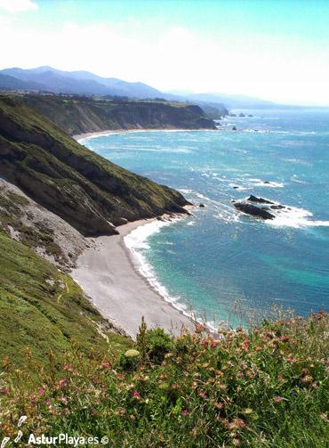 La Cueva y la playa de Vallina al fondo