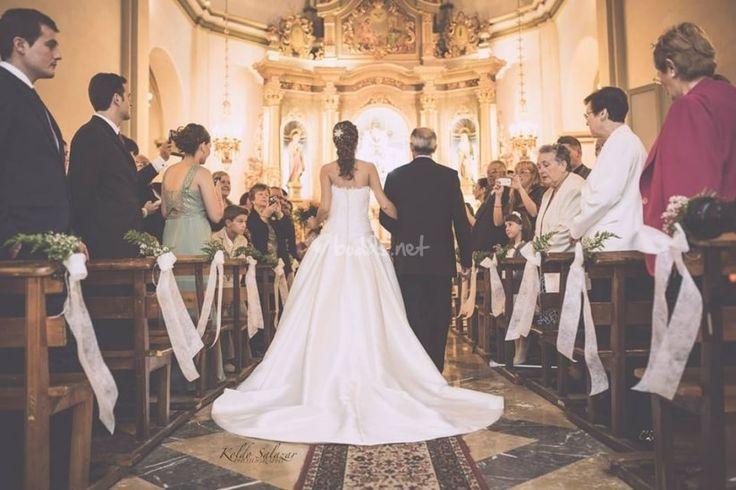 La novia y el padre entrando, desde atrás