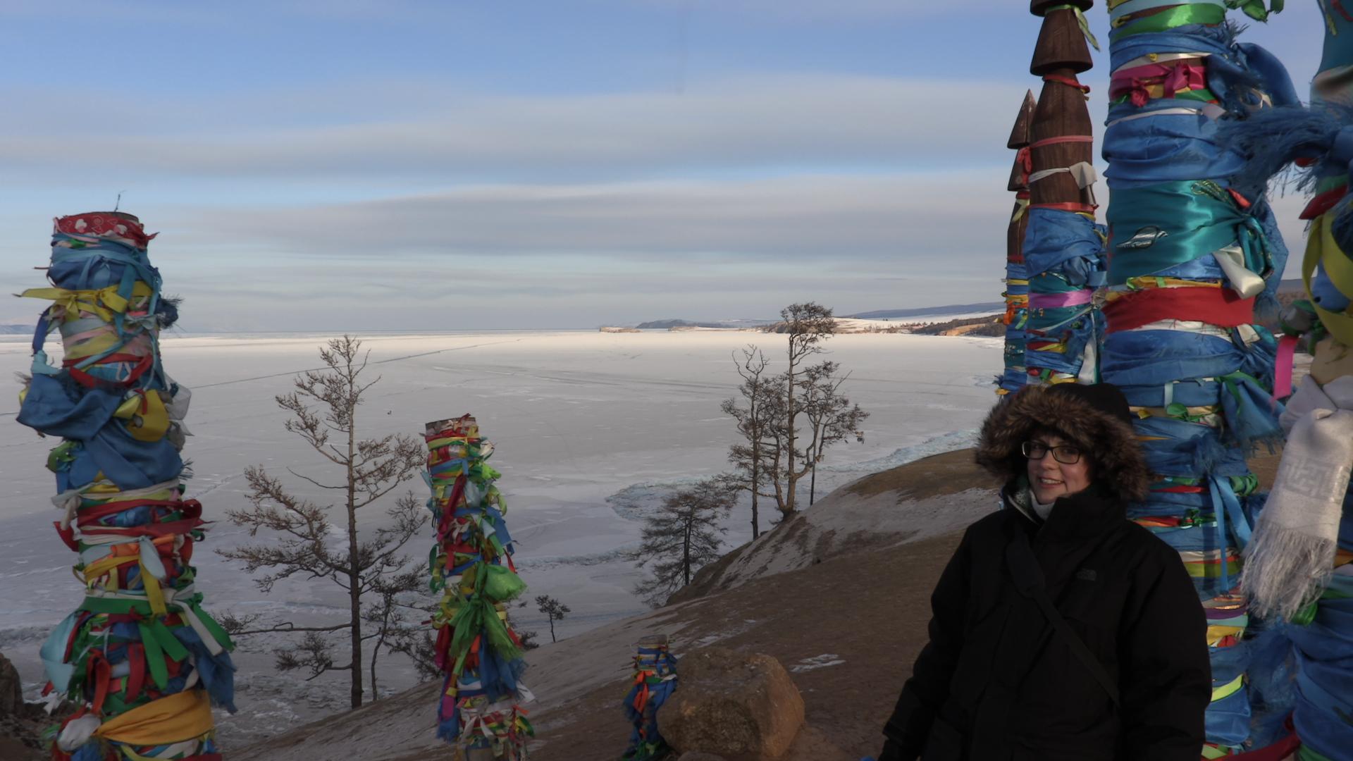 Aris junto a las ofrendas religiosas del Baikal