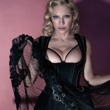 Madonna pose topless pour Interview