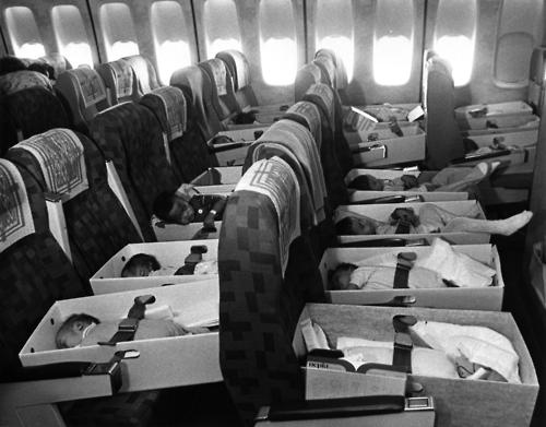 Bebes Huerfanos Vietnamitas Transportados En Avion A Usa En La Operacion Babylift