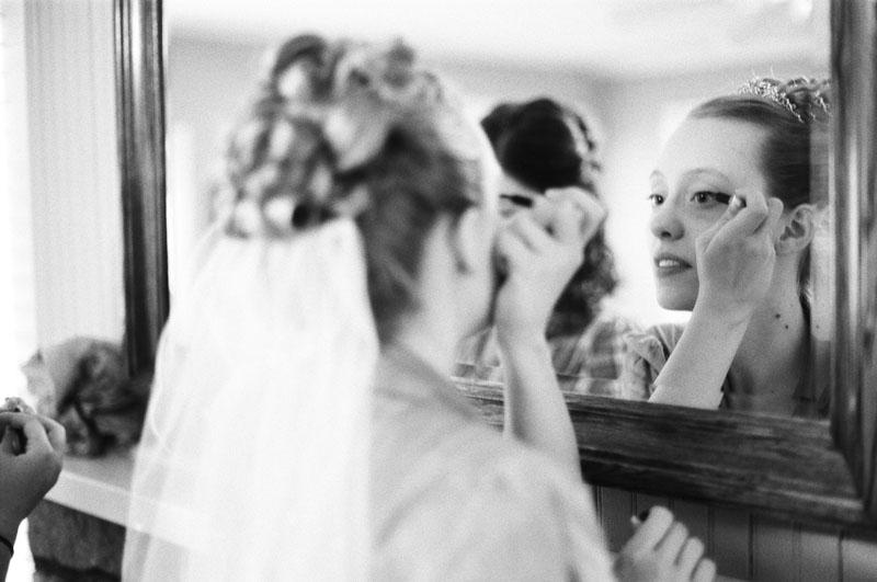Ni una arreglándose frente al espejo