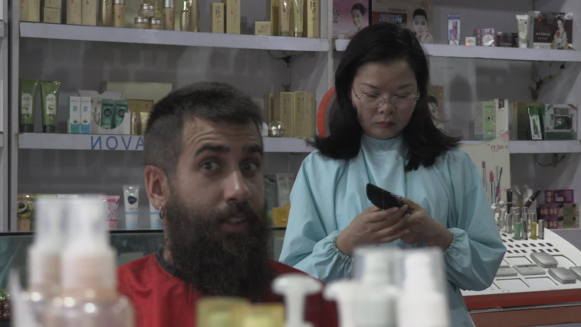 Peligroso corte de pelo en Laos
