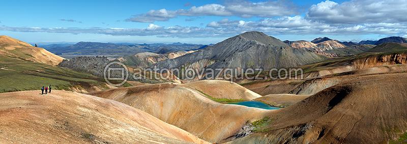 Lago y montañas de riolita en Landmannalaugar