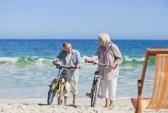 10197185 Pareja De Ancianos Con Sus Bicicletas En La Playa