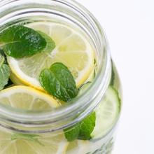 Agua detox: pepino, limones, hierbabuena
